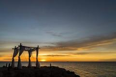 Zonsondergang bij het strand - huwelijk Stock Afbeelding