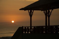Zonsondergang bij het strand met brug royalty-vrije stock afbeelding