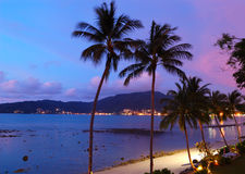 Zonsondergang bij het strand Patong royalty-vrije stock foto