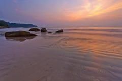 Zonsondergang bij het strand van Khao-LAK thailand royalty-vrije stock foto