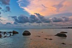 Zonsondergang bij het strand van Khao-LAK thailand stock foto