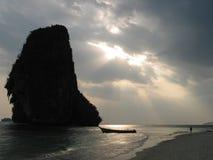 Zonsondergang bij het strand van Rai Leh, Krabi, Thailand Stock Foto