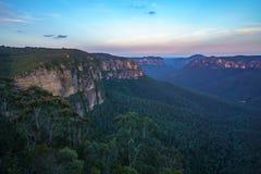 Zonsondergang bij het vooruitzicht van de govettssprong, blauw bergen nationaal park, Australië 13 stock foto's