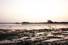 Zonsondergang bij het zoute meer Royalty-vrije Stock Foto's