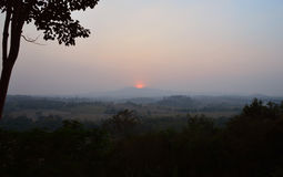 Zonsondergang bij heuvel en bergmening Wang Nam Khiao Royalty-vrije Stock Afbeelding