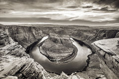 Zonsondergang bij HoefijzerdieKromming - Grand Canyon met de Rivier van Colorado - in Pagina, Arizona, de V.S. wordt gevestigd royalty-vrije stock foto's