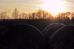 Zonsondergang bij hooibaal stock foto