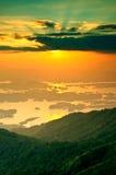 Zonsondergang bij khaolaem-Dam in Thailand Stock Afbeeldingen