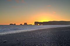 Zonsondergang bij Kirkjufjara-strand Stock Fotografie