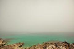 Zonsondergang bij kust, bank van de rivier Kust met stenen Stock Foto