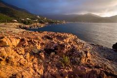 Zonsondergang bij kust dichtbij Galeria in Corsica, Frankrijk Stock Foto's