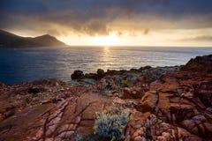 Zonsondergang bij kust dichtbij Galeria in Corsica, Frankrijk Royalty-vrije Stock Afbeeldingen