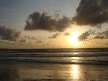 Zonsondergang bij Kuta-Strand, het Eiland van Bali stock afbeeldingen