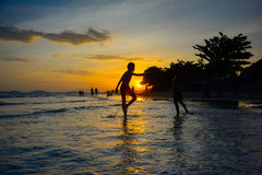 Zonsondergang bij mae pim strand rayong Thailand stock afbeeldingen