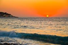Zonsondergang bij Mediterraan Strand Royalty-vrije Stock Afbeelding