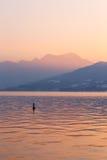 Zonsondergang bij meer Attersee, Salzkammergut, Oostenrijk met Schafberg M Royalty-vrije Stock Afbeeldingen