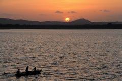 Zonsondergang bij meer Polonnaruwa Stock Foto