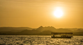 Zonsondergang bij meer Udaipur Stock Foto