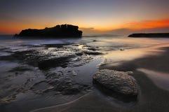 Zonsondergang bij Melasti-strand in Bali Indonesië stock afbeelding