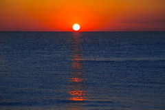 Zonsondergang bij Middellandse Zee met oranje hemel Royalty-vrije Stock Foto's