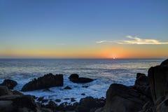 Zonsondergang bij 17 mijlaandrijving, Kiezelsteenstrand, Californië Stock Afbeelding