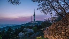 Zonsondergang bij Namsan-Toren in Seoel, Zuid-Korea stock footage
