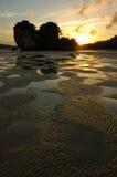 Zonsondergang bij Nopparathara Strand, Krabi, Thailand. Royalty-vrije Stock Afbeelding