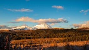Zonsondergang bij Onderstel Ngauruhoe in het Nationale Park van Tongariro in het Noordeneiland, Nieuw Zeeland stock footage