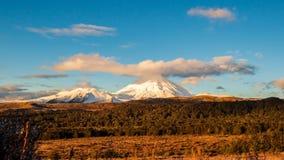 Zonsondergang bij Onderstel Ngauruhoe in het Nationale Park van Tongariro in het Noordeneiland, Nieuw Zeeland stock video