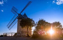 Zonsondergang bij oude windmolen van Porquerolles-eiland stock fotografie