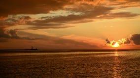 Zonsondergang bij pijler en een voorbijgaand schip stock videobeelden