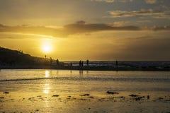 Zonsondergang bij polzeathstrand, Cornwall, het UK royalty-vrije stock afbeelding