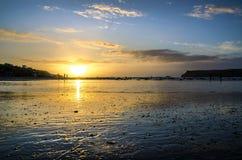 Zonsondergang bij polzeathstrand, Cornwall, het UK stock afbeeldingen