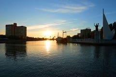 Zonsondergang bij Pregel rivier Kaliningrad Royalty-vrije Stock Foto's