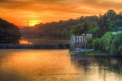 Zonsondergang bij rivierdam Stock Afbeeldingen