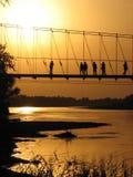 Zonsondergang bij rivieroever &bridge Stock Afbeeldingen
