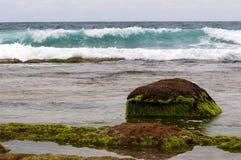 Zonsondergang bij rotsachtige kust Royalty-vrije Stock Foto
