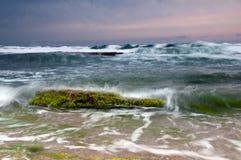 Zonsondergang bij rotsachtige kust Stock Afbeelding