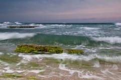 Zonsondergang bij rotsachtige kust Royalty-vrije Stock Foto's