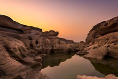 Zonsondergang bij rotsen Stock Afbeeldingen