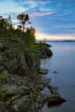 Zonsondergang bij steenachtige kust van het meer van Ladoga Royalty-vrije Stock Afbeelding
