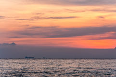 Zonsondergang bij strand stock foto