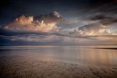 Zonsondergang bij strand Stock Afbeeldingen