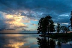 Zonsondergang bij strand door Orsa Lake in Dalarna, Zweden Royalty-vrije Stock Afbeeldingen