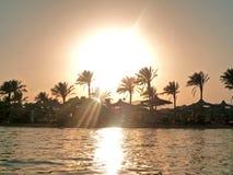 Zonsondergang bij strand en overzees Royalty-vrije Stock Fotografie