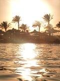 Zonsondergang bij strand en overzees Royalty-vrije Stock Afbeeldingen