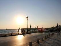 Zonsondergang bij Thessaloniki ` s strandboulevardpromenade - Griekenland Stock Foto's