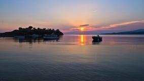 Zonsondergang bij Toroni-baai dichtbij oude roman vesting, Sithonia stock foto