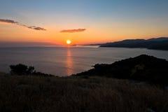 Zonsondergang bij Toroni-baai dichtbij oude roman vesting, Sithonia stock afbeeldingen