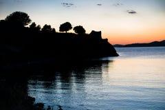 Zonsondergang bij Toroni-baai dichtbij oude roman vesting in Sithonia stock foto's